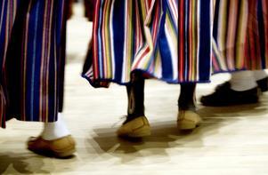 Färgglada kjolar virvlade runt i ringdansen.