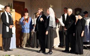 Den unga Lappkungen (Patrik Danielsson) gifter sig med Katarina (Anna Olsson).