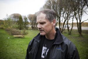 Stort intresse. Polisen Hans-Olof Sundström har fått många samtal från människor som vill ta hand om de vanskötta hundarna. Han har nu fler namn än hundar.
