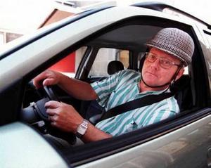 Trafikredaktör Hildingson använder bilbältet stenhårt sedan sommaren 1968. Den pepitarutiga störtkrukan som C-G Hammarlund talade så varmt för är numera normalt förrådsvärmare.