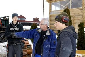–Och så gör vi så här! Läraren Sten Luthman ger Simon Svensson (till vänster) och Viktor Malmberg instruktioner inför lyftet av det gamla tornet.