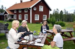 Alla bjussade på något. Föreläsningen Röst och Relax på Johanssons gård vid Björksjön blev ett inspirerande samtal. Logonomen Annica Pinton förklarade hur man skulle göra för att slappna av i rösten och åhörarna berättade anekdoter.