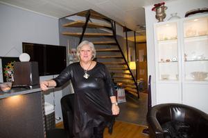 Marie trivs i den nya lägenheten på Odensvi. På övervåningen har hon och hennes sambo sovrummet, ett andra vardagsrum och ett kontorsrum. Hon fick lov att sälja en fin soffa som inte fick plats i det nya hemmet.
