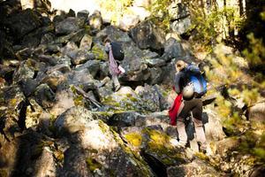 Med långa rep på ryggen beger sig klättrarna upp mot toppen för att toppsäkra.