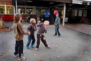 DRABBAS. Killkompisarna Alexander Persson, Filiph Carlsson, Dennis Häggblom och Daniel Eriksson tycker det är tråkigt om fritidsgården minskar öppettiderna.