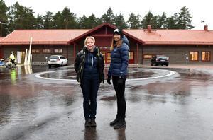Maria Gustafsson och Jennie Hedh utanför det snart färdiga föreningshuset.