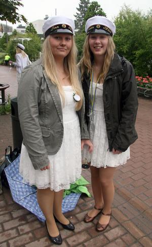 Klasskompisarna Linn Forss och Kristin Agerbjer i Sp3Eisk köpte lika klänning. Det var inte meningen, säger Kristin. Men det går bra ändå. Det är lite komiskt, säger Linn.