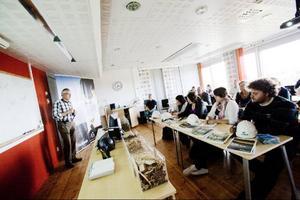 En helt ny utbildning har startat i Ås. Svenska och norska studenter läser tillsammans i utbildningen Gröna entreprenörskap och gör bland annat studiebesök. Här på Jämtkrafts värmeverk i Lugnvik.