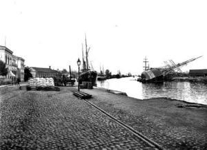 Till vänster på bilden från en kölhalning 1903 skymtar stenhusen som var Gävles gamla tullhus.