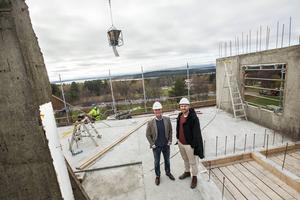 Hotellbygget ute på Frösön är nu uppe på fjärde våningen av fem. Björn Hemmingsson och Marcus Lundberg ser hotellbygget som en milstolpe i området utveckling.    – Jag ser hotellet som områdets hjärta. När det står färdigt gäller det att fortsätta utveckla verksamheter som skapar liv och rörelse i området, säger Marcus Lundberg.