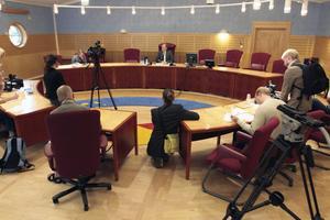 Tingsrättens ordförande Tomas Södermark svarar på journalisters frågor efter domen 2006.