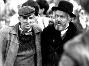 """Erland Josephson och vännen Ingmar Bergman under inspelningen av """"Fanny och Alexander"""". """"Vi träffades första gången då Bergman skulle regissera en uppsättning av 'Köpmannen  i Venedig'. Jag var 16 år och Ingmar fem år äldre. Då började vår dialog som blev livslång."""" Foto: Scanpix"""