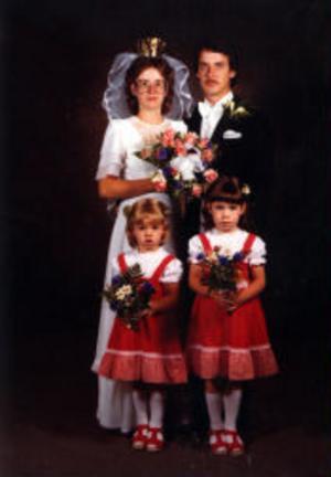 Midsommaraftonen den 20 juni 1980 vigdes i Alnö gamla kyrka Anita, född Hammarstedt, och Staffan Eklund, Kvidinge. Tärnor var döttrarna Mia och Lotta.Foto: Nilssons Allfoto, Sundsvall