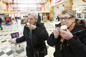 Kusinerna Solveig Danielsson och Ulla Olsson hade delad sma. Båda var övertygade om vilken semla som var godast – det var bara det att de hade olika val. Smaken är helt enkelt olika.