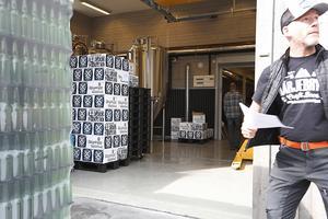 – Idag får vi ut 2 000 liter, och det är 33 centiliters flaskor. Det blir ungefär6 000 flaskor. På en pall går det 1 080 flaskor. Det blir 5-6 pallar ungefär, berättar Greger Thörn.