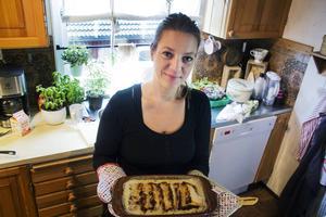 Malin Bastin bakar ostkaka efter samma recept som sin farmor. Och hon värmer den i skivor i ugn.