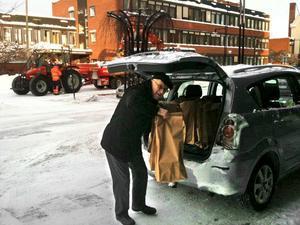 Lions vardag. Katastrofhjälp, ledarstipendium eller en ridhäst för handikappade. Listan är lång. Här är det Sune Lang som kör ut julblommor till ensamma pensionärer i Hallsberg.