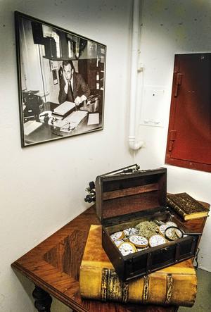 I den stora boken om domar, har de hittat många gamla historier om brott, bland annat om ett inbrott i ett urmakeri.