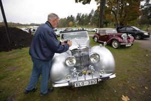 Bertil Jansson gick runt och tittade på de fina bilarna. Här på en Triumph 1800 Roadster från 1948.