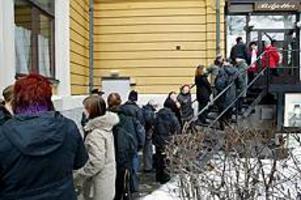 Strax innan biljettkassorna öppnade i går vid lunchtid köade en tapper skara utanför Gävle teater, påklädda för att klara den nollgradiga temperaturen. Foto: Leif Jäderberg