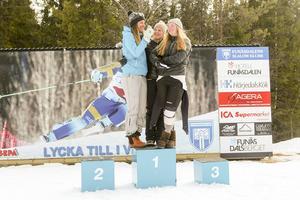 Vera och Elsa Håkansson Fermbäck och Emelie Alkell överst på pallen i lagtävlingen som Vemdalens IF vann, tack vare deras tre fina placeringar.