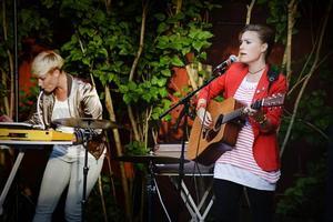Alexandra Isberg och Anna Frank bjöd på sånger och berättelser på Joe Hillgårdens sommarscen i Gävle.Fredrik Johansson