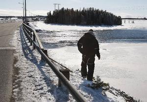 Jonatan Olofsson kollar om han ska se några spår efter sin kompis skoter som försvann i djupet.