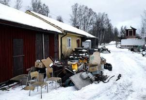 På fallrepet. Banverkets sista byggnad vid Kajvägen i Ludvika, före detta banavdelningens förråd, ska rivas. Den siste hyresgästen, en lokal småföretagare, har sagts upp och håller på att flytta.