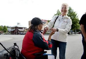 Ellinor Haglund blir glad när Ulrika passerar vid ingången av Systembolaget.
