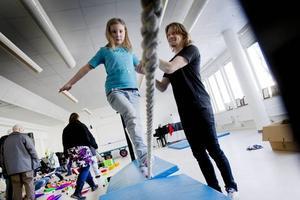 Rebecka Ulin håller redan på med konståkning så att gå på slak lina var ingen konst. Cirkusläraren Kalle Wedin hjälpte till.