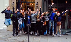 Hälsningar från Staffangymnasiets NV3or på  Europaresa i Paris!