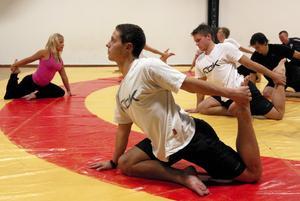 Falu BS bandyspelare utökar sin repertoar. Nu kan de också de klassiska yogaställningarna som lärs ut av Sofia Norgren. Foto:Bengt Karlsson