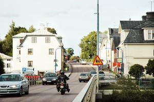 Norra Åsgatan är en trång och tungt trafikerad gata i dag. Men när järnvägen dras om kan också väg 272 komma att flyttas.