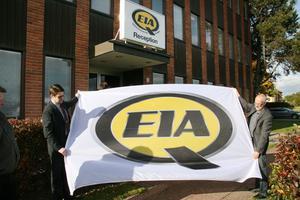 VD Eckhard Eriksson får hjälp av tjänstemannafackets Jan Rönnqvist att hissa den nya EIA-flaggan framför kontorsbyggnaden i Edsbyn.