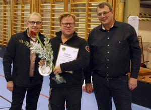 Lions Anders Udd och Anders Nordlander delade ut priset som Årets Torpsbo till handlare Hasse Karlsson.