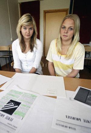 Moa Gillberg (t v) och Vilma Forsgren i 9D på Storsjöskolan har forskat kring några exemplar av en censurerad svensk tidning, som blev kvar i Östersund 1941 och som nu finns på landsarkivet. Men de fick jobba ganska hårt för att få fram uppgifter.