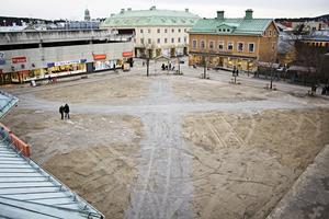 Hösten 2008 rivs Brotorget och förvandlas till en stor grusplätt.