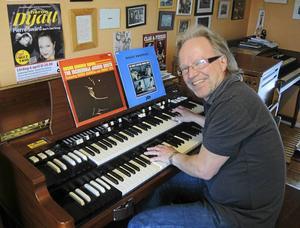 Organisten Pierre Swärd kommer att bjuda på musik och minnen från ett 55-årigt musikerliv när han nu på fredag gästar Café Peace & Love i Borlänge.