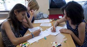 Här sitter (från vänster) Raza Krasnici, Julia Johansson och Riham Al-qadi och räknar. Man får hjälpas åt har läraren sagt – bara var och en tar ansvar för att själv ha förstått uppgiften.