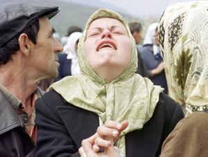Bosniaken Mevlida Berbic sörjer sin far vid en begravning 2001. Fadern var en av 78 civila som mördades av bosnien-serber 1992.