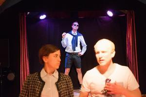 Jon Karlsson som Don Juan, en karaktär som väcker starka känslor hos publiken. I förgrunden Myra Neander och Mattias Åhlén.