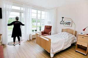 Hospicet har 12 rum och alla har samma stora fönster och närkontakt med naturen. Åsa Tjernell visar hur brett dörrarna kan öppnas så att alla ska kunna ta sig ut för att känna vinden, värmas av solens strålar och höra fåglarna. Och alla fönster är så låga att man ska kunna titta ut även om man ligger ned.