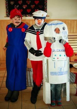 Gissa vilka Gustav Johansson, Emil Persson och Sam Friberg var utklädda till? Super-Mario, Kalle Anka och robot-en R2D2.