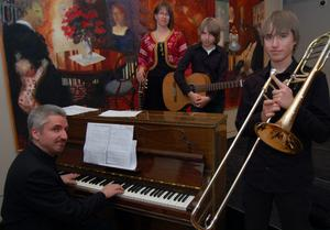 Familjen Brodin där föräldrarna Katarina och Melker kompade sönerna Anton gitarr och Jonas trombon.