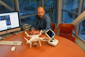 """Nils Bjuggstam är kritisk. """"Det är konstigt att man får filma från en helikopter men inte en drönare"""", säger han."""