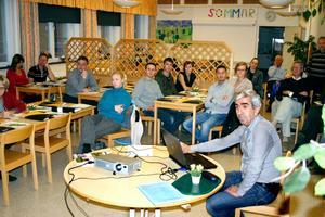 Byggnadschef Hikmet Hrustanovic visar hur Skrantåsen ser ut på kommunens hemsida. Ett dussin intresserade kom till mötet i Hidingeskolans matsal.