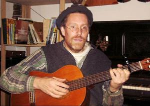 Musikern och sångaren Gustav Mandelmann deltar i föreställningen.
