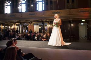 Modevisningen var som vanligt det givna dragplåstret på Fest- och bröllopsmässan. Modellen Sara Näslund visade en bröllopsklänning på catwalken.