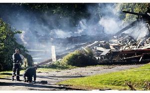 På måndagsförmiddagen ryker det ännu från vad som är kvar av tvåfamiljshuset. Foto: Peter Ohlsson/DT