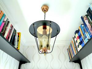 Fin lampa och böcker i en hall.